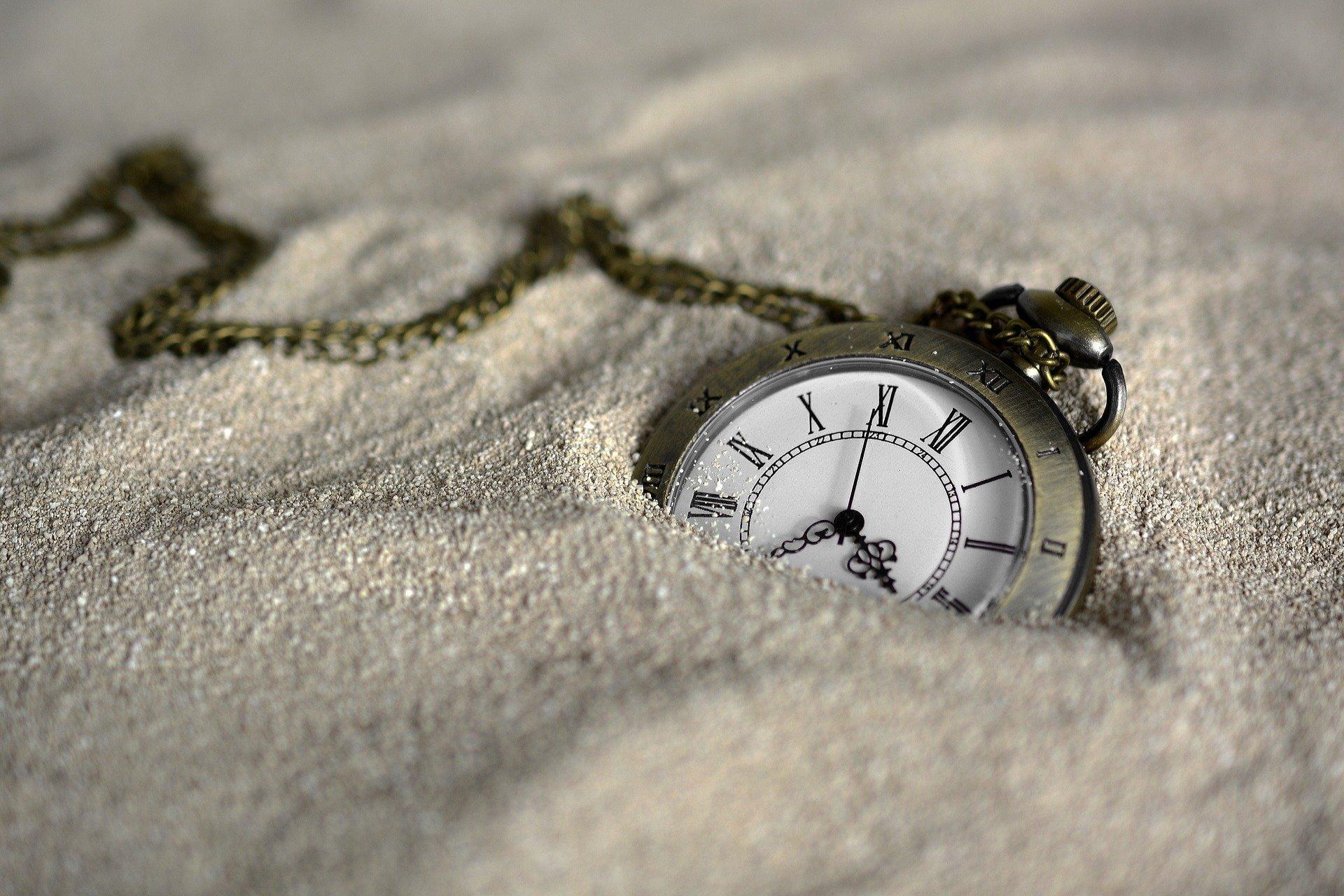 Картина, която съдържа часовник  Описанието е генерирано автоматично